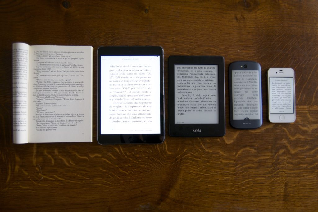 YotaPhone a confronto con un libro, un iPad Mini, un Kindle PaperWhite e un iPhone